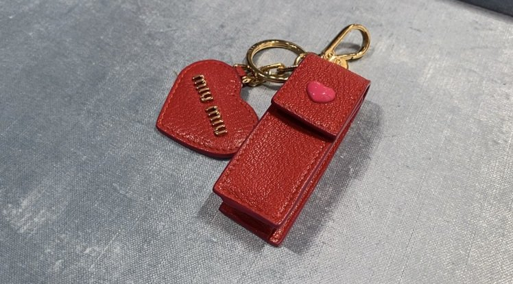 MIU MIU的口紅收納迷你包,還附一個愛心鏡子,怎麼搭都方便又可愛。記者吳曉涵...