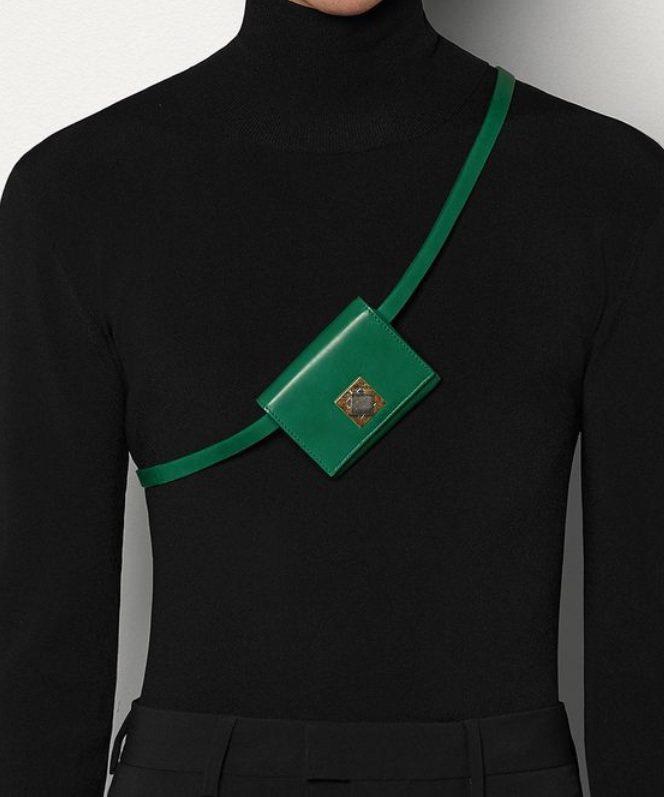 BOTTEGA VENETA新推出的迷你腰包,上面有今年全新打造的方型鎖扣,除了...