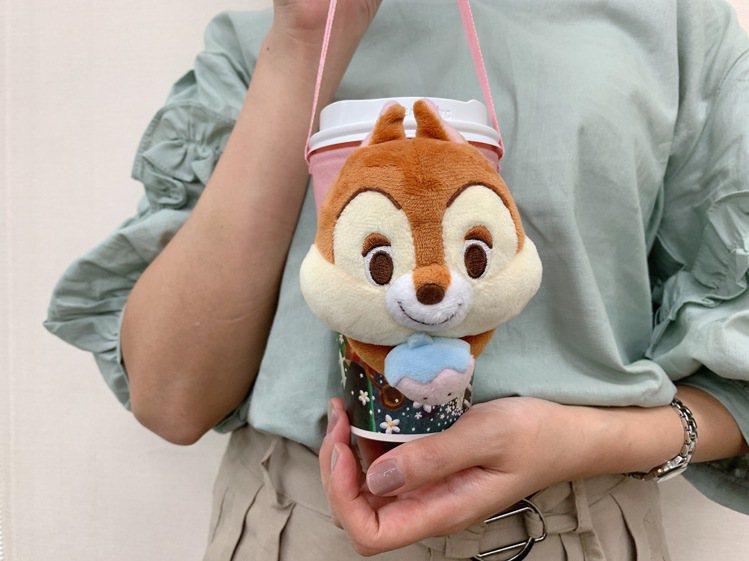 迪士尼櫻花季限定款奇奇絨毛環保杯套,售價299元。圖/7-ELEVEN提供