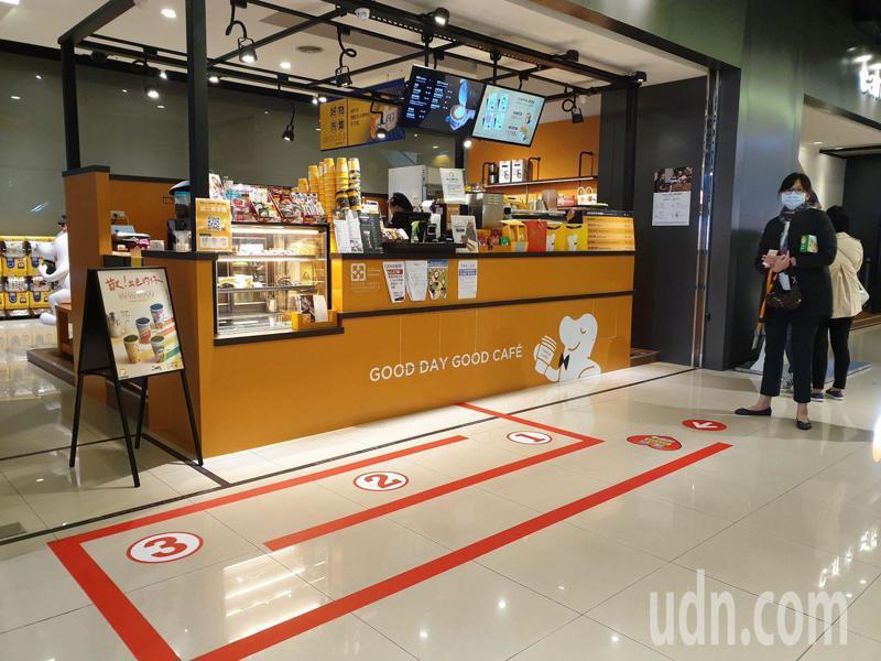 為讓排隊人龍保持安全間距,店家採用地貼方式引導民眾拉開距離。記者胡瑞玲/攝影