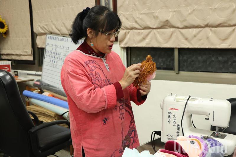 玩「偶」出名的桃園市文山國小創意偶團,所有的戲偶都出自該校校長江彩鳳之手,每隻樣貌特殊、栩栩如生的戲偶都是她一人親手包辦。記者陳夢茹/攝影