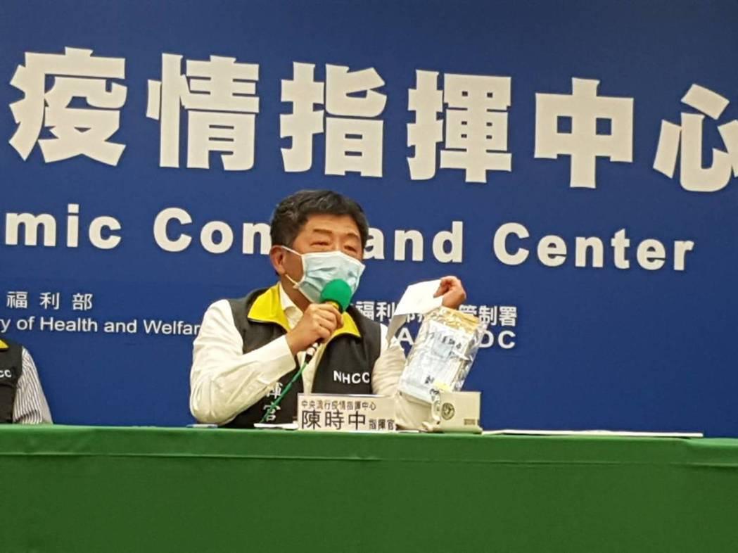 指揮中心指揮官陳時中今天在例行記者會結束前,突然拿出一個信封,是一名南部小朋友寄...