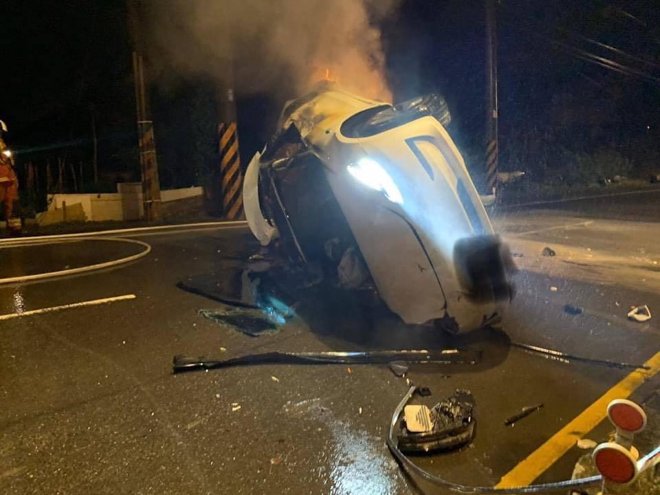 桃園市日前發生特斯拉電動車自撞火警車禍。圖/翻攝自Andy老爹臉書粉絲專頁