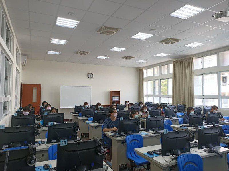 忠明高中今天利用段考日,全校老師重新培訓「Google meet」。圖/忠明高中提供