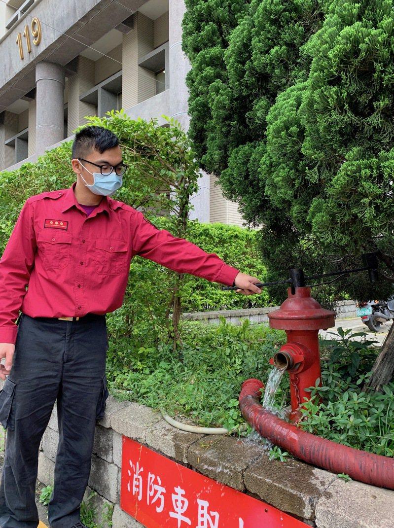 桃園市消防栓逾1萬6千處,以地上式為主,地下式容易會被違規停車擋住,影響救災。圖/桃園市消防局提供