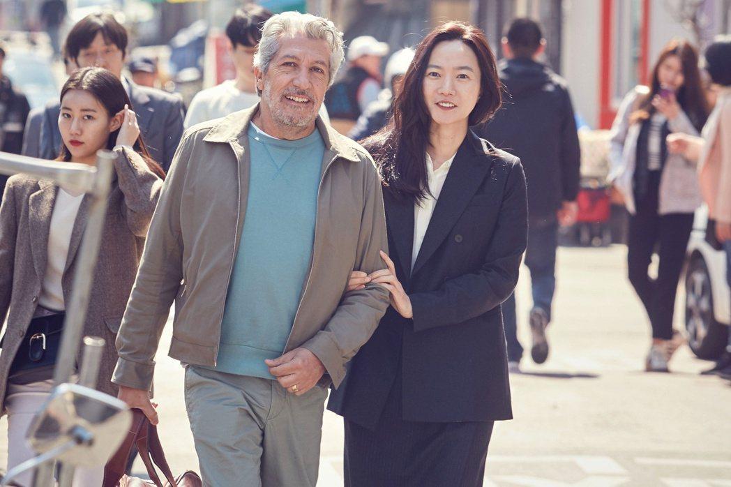 裴斗娜(右)當導遊,帶亞倫夏巴(左)進行首爾輕旅行。圖/采昌提供