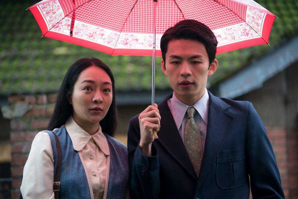 李鴻其(右)與大陸女星李坤珏(左)在「虎尾」飾演一對夫妻