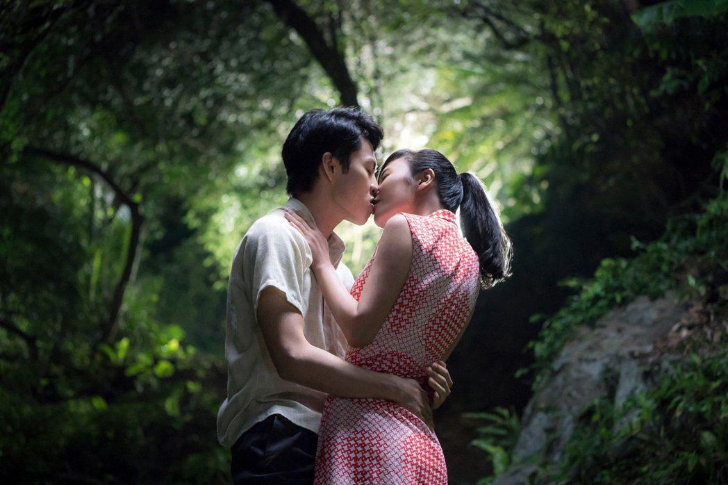 李鴻其、方宥心在「虎尾」裡面有激情戲。圖/Netflix提供