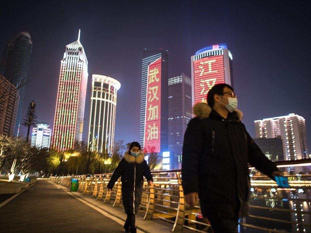 專家、官員預估,新冠疫情將直接造成武漢經濟損失達人民幣2,000億元以上。新華社...