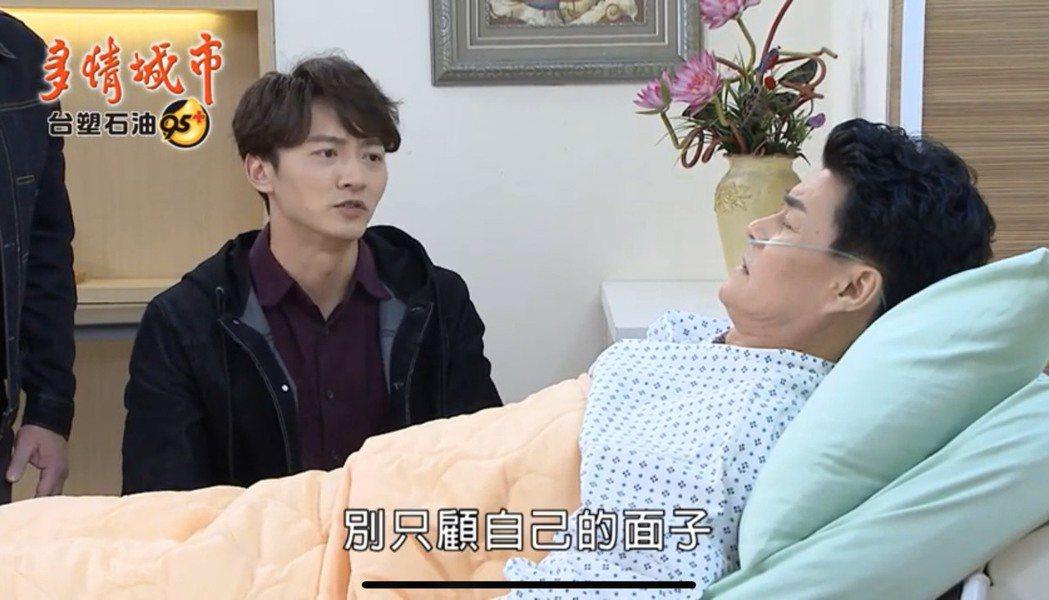 王中皇(右)在「多情城市」中因肺部纖維化住院治療,飾演兒子的馬俊麟陪伴。圖/翻攝...