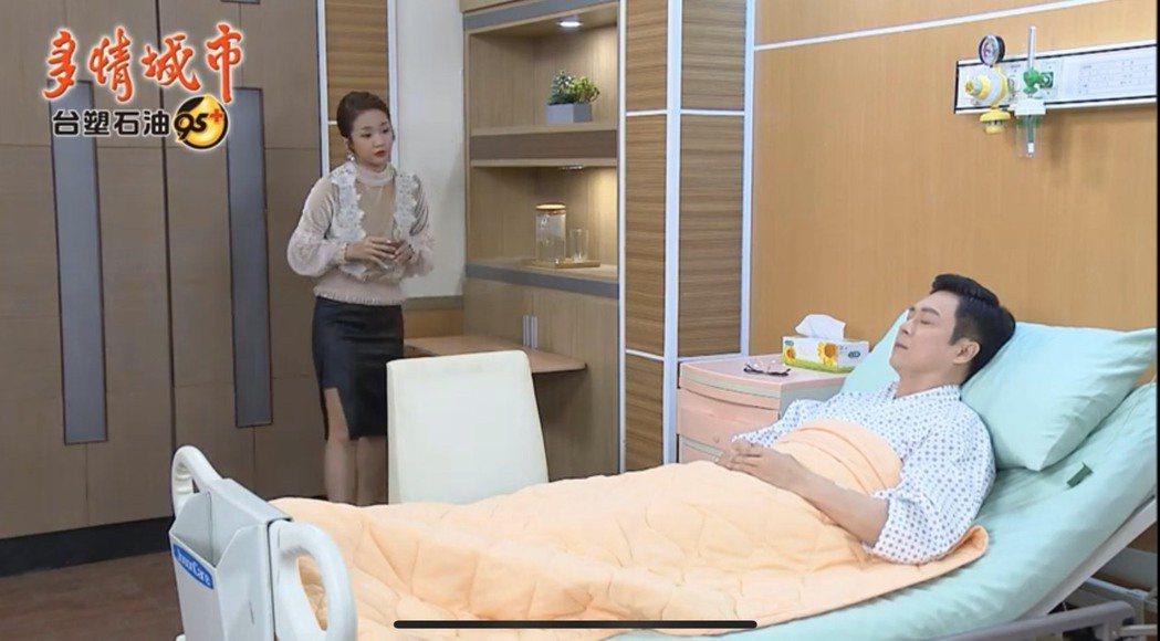 王燦(右)在「多情城市」中因捐骨髓住院。圖/翻攝youtube