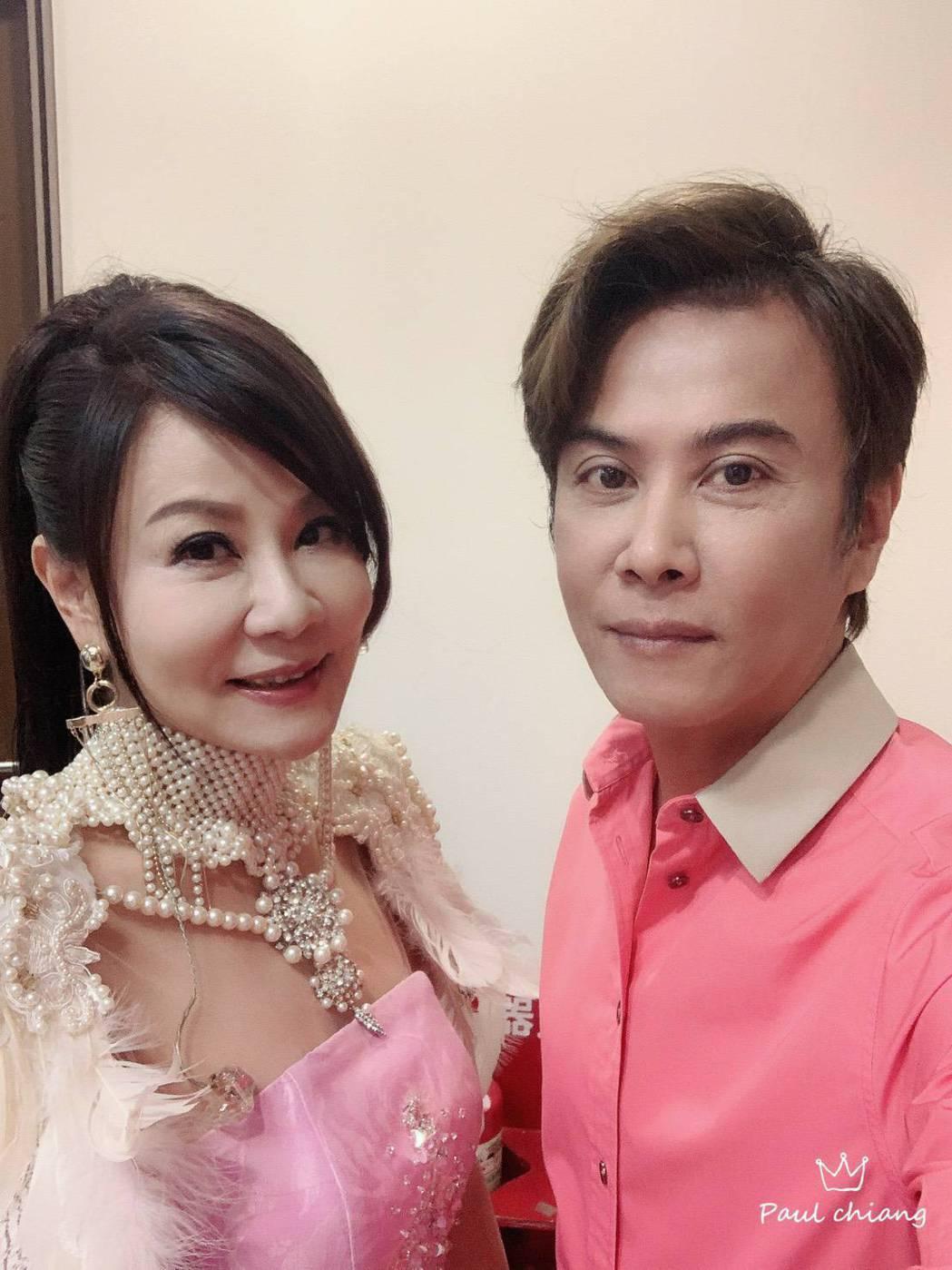 龍千玉(左)和弟弟江志豐同在歌壇打拚。圖/豪記唱片提供
