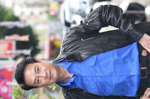 90年代港劇小生、香港歌手劉錫明當年以電視劇「義不容情」一砲而紅,2001年與在製作公司任職的女友結婚,這些年來他往返兩岸拍戲、辦演唱會,當了台灣女婿近20年,直到今年才終於拿到居留證,他坦言過去因...