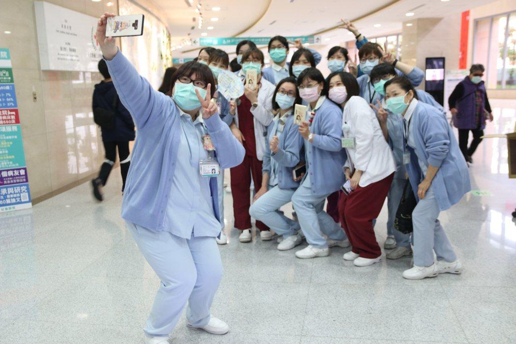 輔大醫院醫護人員開心拿著志玲姊姊送的雞精合影。圖 / 輔大醫院提供