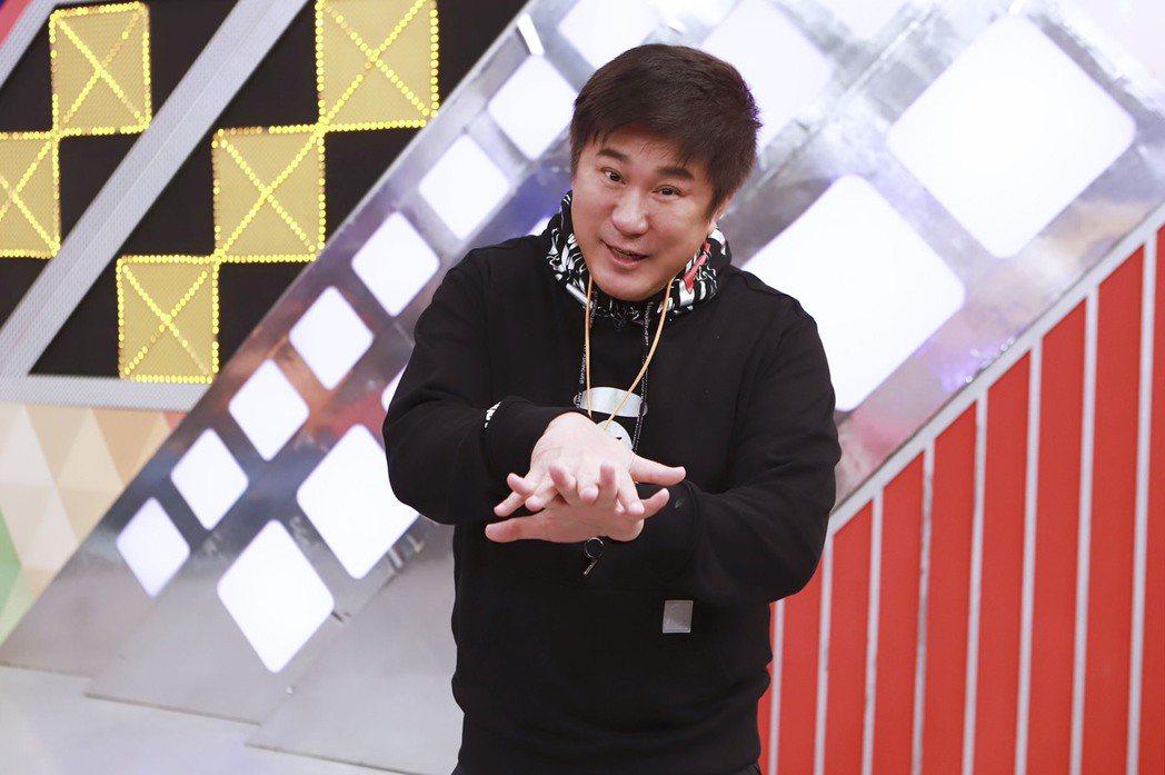 胡瓜在棚內教大家洗手舞。圖/民視提供