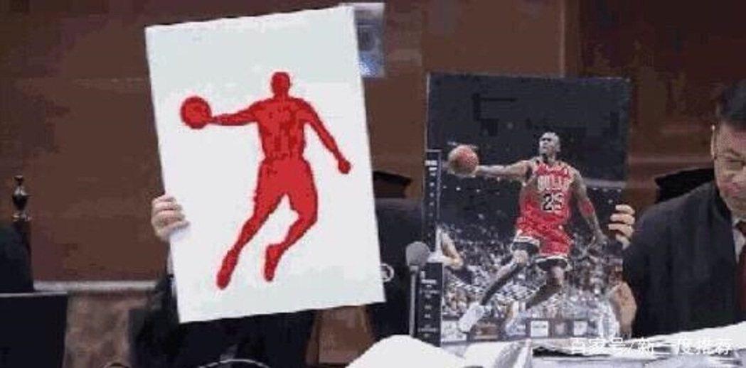喬丹體育代理律師拿該公司LOGO(左)與前NBA球星麥可喬丹照片(右)。圖/搜狐...