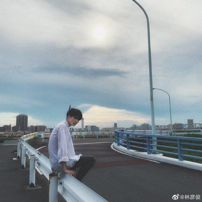 林彥俊出道兩周年紀念日,分享帥照撩粉。圖/摘自微博