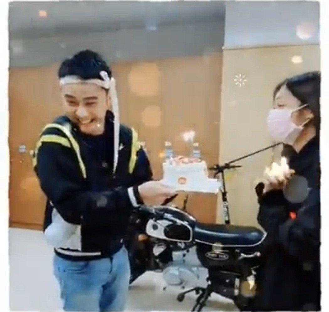 潘柏希(左)將蛋糕緞帶綁在頭上當禮物,獻給壽星邱子芯。圖/擷取自臉書