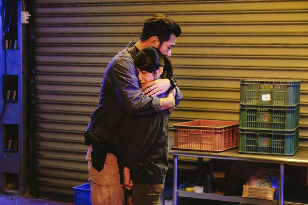 黃騰浩(左)與連俞涵在「妖怪人間」裡生死相擁。圖/公視提供