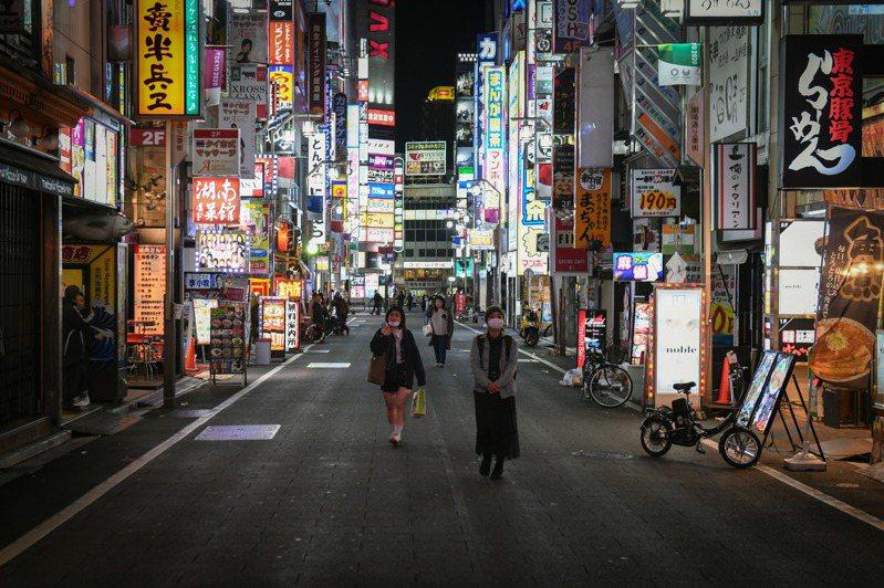日本首相7日宣布7個都府縣進入緊急狀態。圖為6日晚間東京夜生活據點歌舞伎町。圖/翻攝自紐約時報