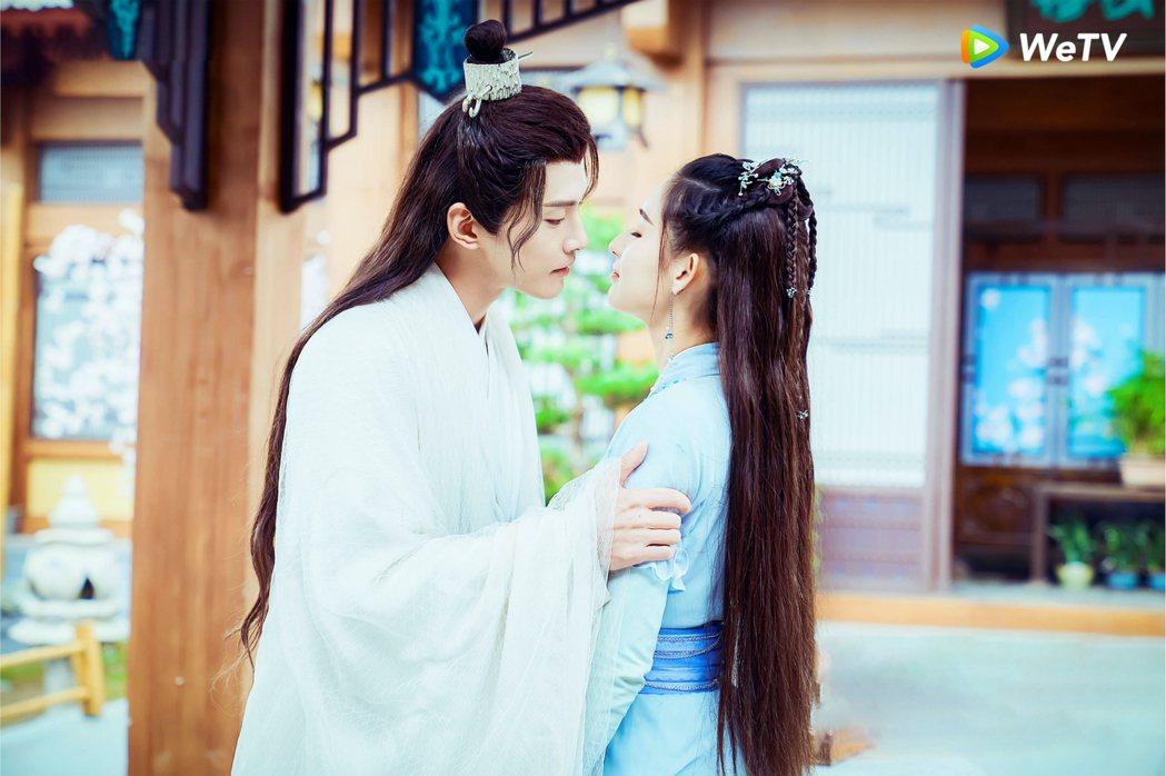 徐正溪(左)、王玉雯上演「爺孫戀」發糖。圖/WeTV提供