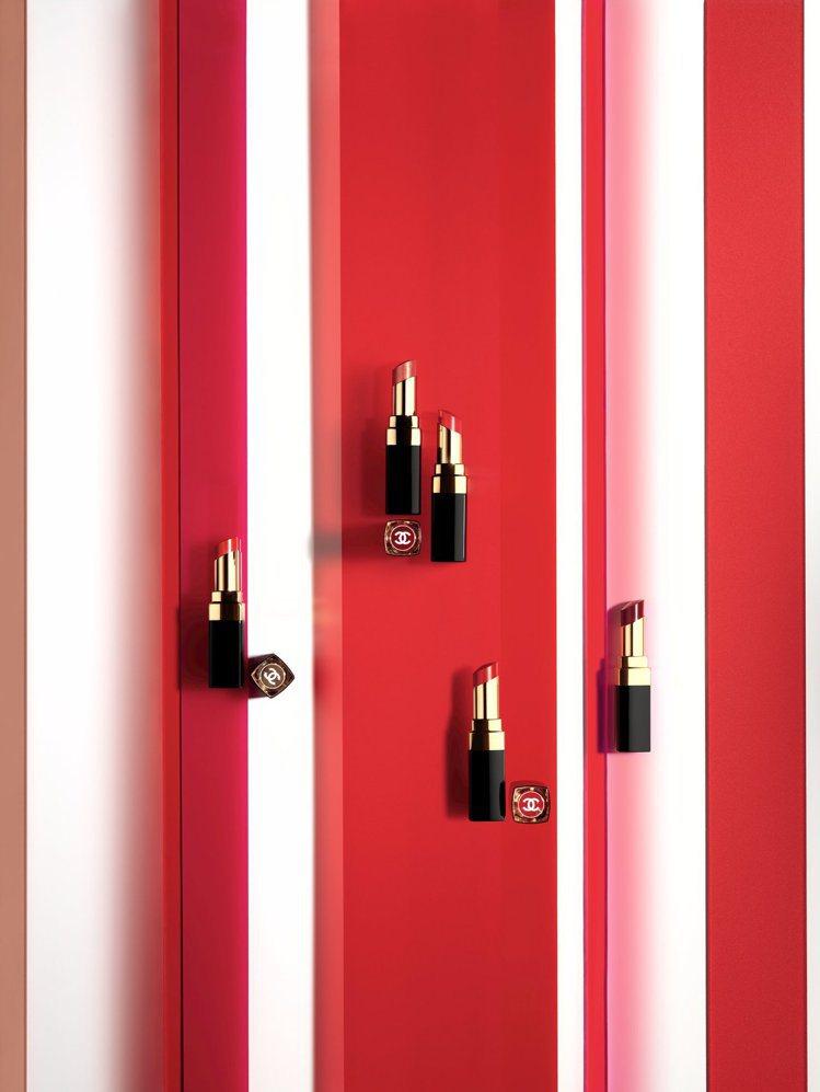 今年香奈兒COCO晶亮水唇膏為原本的30種色選陣容再添全新12色。圖/香奈兒提供
