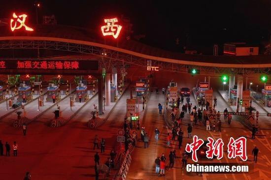 武漢市今日零時解除離漢離鄂通道管控。圖/取自中新網