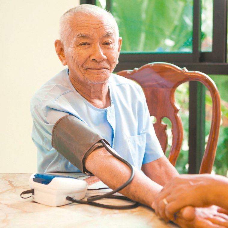 高血壓患者及長者的血壓,務必要做好自我管理。面對疫情,可保持警覺,但不必過度緊張...