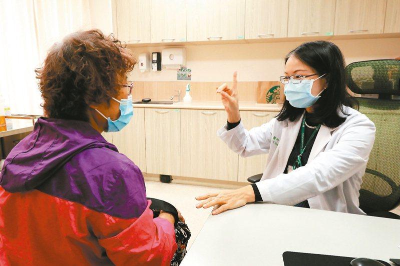 亞洲大學附屬醫院醫師黃紫英說,防疫期間若發現家人出現中風症狀,更不能輕忽,才能把握3小時的黃金治療時間,增加復元機會。 圖/亞洲大學附屬醫院提供