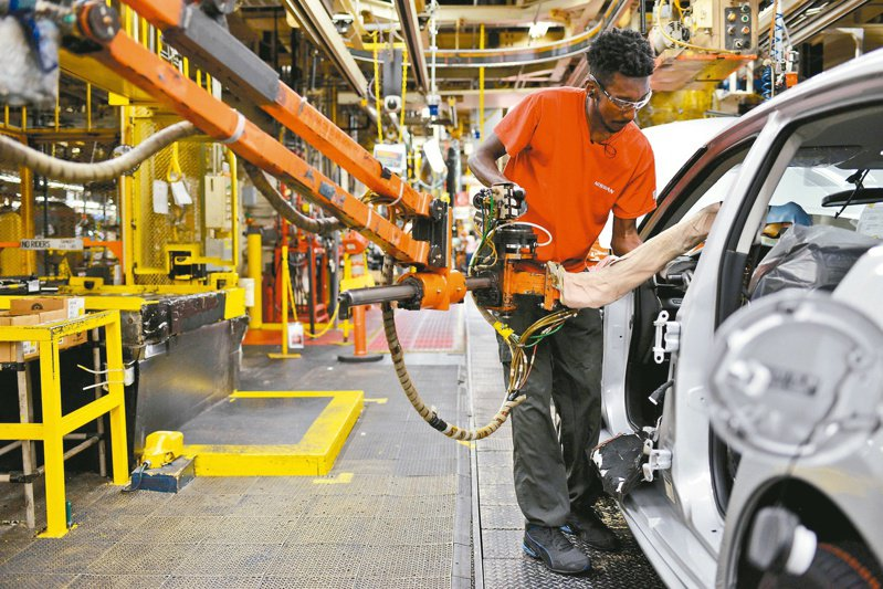 疫情衝擊,全球經濟開始潰散,汽車業受嚴重損害。(路透)