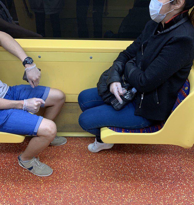 法國宣布封城後,當地人開始意識疫情嚴重性,搭大眾運輸會戴口罩和手套。圖/Charlotte提供