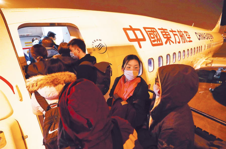 目前還有五百多台灣人滯留湖北各地及武漢。圖為第二批武漢包機中,由東方航空執飛的一班。 (中新社)