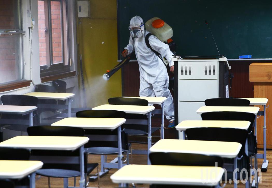 台師大一名大四生上周確診後,校方消毒校園。圖/本報系資料照片