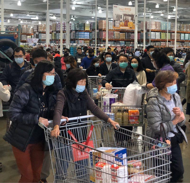 清明連假期間北部某大賣場擠滿人潮(非新聞相關賣場)。圖/本報系資料照片