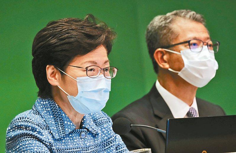 香港特區行政長官林鄭月娥(左)及財政司長陳茂波宣布第二輪紓困計畫。 中通社