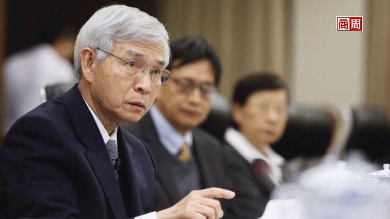 央行總裁楊金龍(左)認為,2千億元專案融通紓困比QE更有效。不過,這項專案要成,...