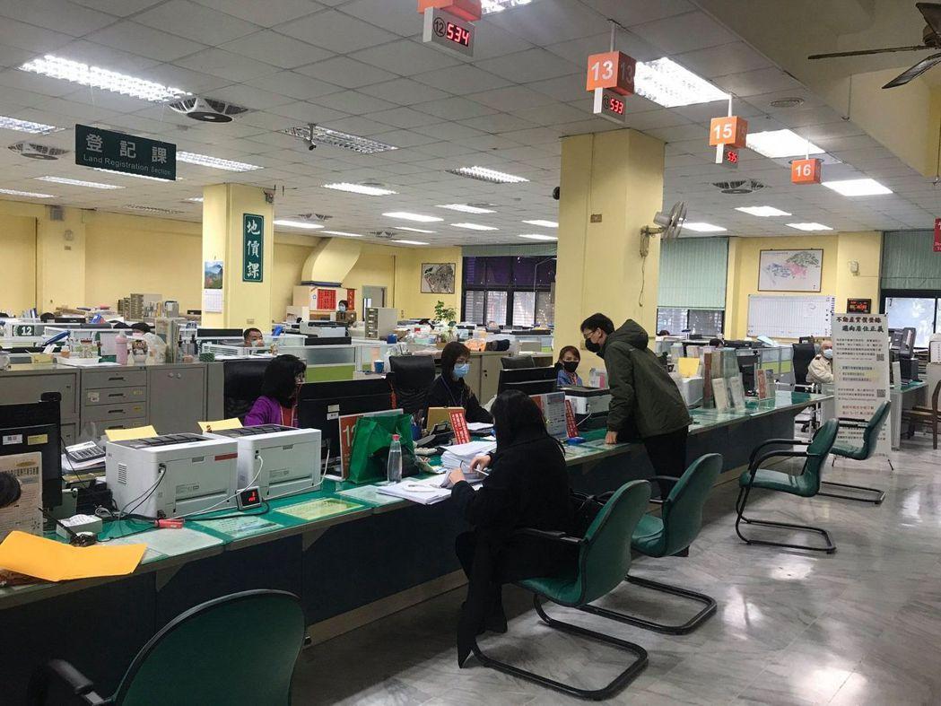 至台南市府地政局洽公要戴口罩。  地政局 提供