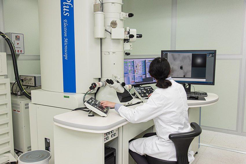 長庚大學擁有眾多頂尖研究中心,提供最優異的學習及研究資源。圖為穿透式電子顯微鏡。...