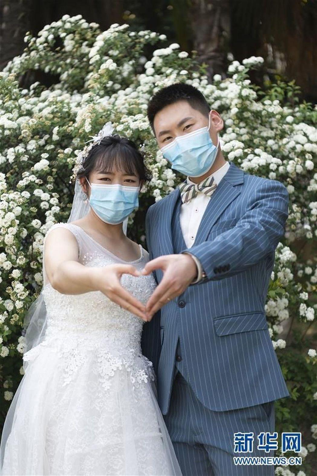 有人戴口罩拍攝婚紗照(取材自新華網)