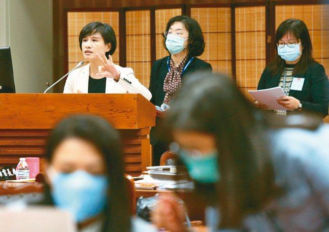 文化部長鄭麗君(左)上午赴立法院教育及文化委員會專題報告「如何健全我國文化內容產...