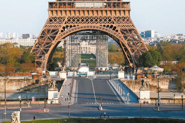 全球經濟急凍,圖為巴黎鐵塔附近行人寥寥可數。 路透