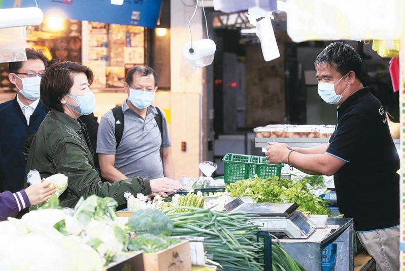 台北市副市長黃珊珊(左)上午視察光復市場防疫情形,要求攤商務必要戴口罩,民眾進入市場要量測體溫。 記者曾吉松/攝影