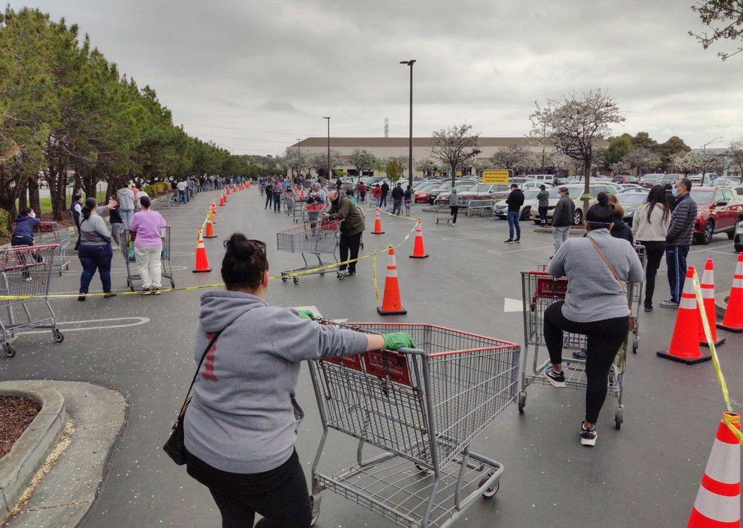 美國舊金山灣區民眾在位於福斯特城的Costco超市外排起長隊,等候購買物資。 中...