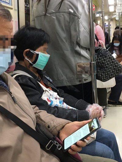 婦人搭捷運戴三層口罩+手套。圖/讀者提供