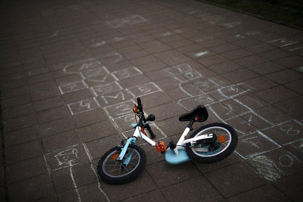台中一名6歲男童騎腳踏車,撞上特斯拉汽車而遭警方酒測。示意圖。 圖/美聯社