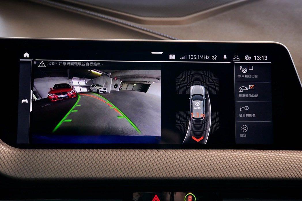 標準配備的自動倒車輔助系統,使車輛在時速低於35公里內會自動記憶向前行駛的最後5...