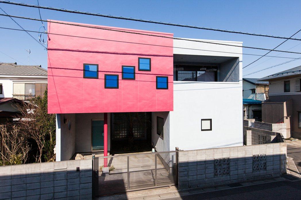 在宮津大輔30歲上下,趁著日本當時疲弱的經濟,他得以用低利率貸款興建自己的房子「...