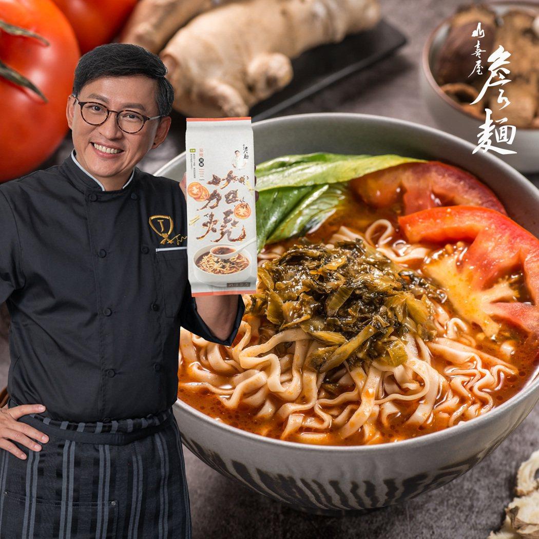知名廚師詹姆士推出全素茄燒湯麵,上市一周旋即熱銷近六萬包。