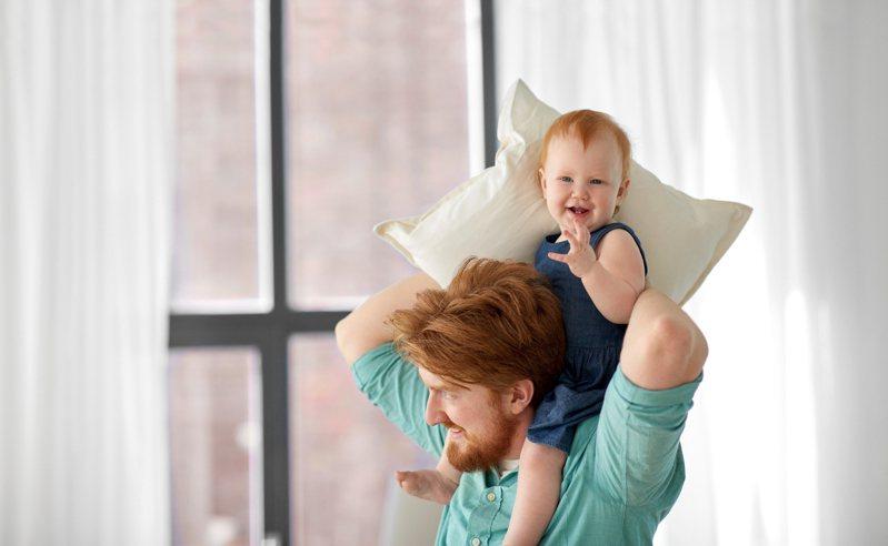 有網友好奇詢問「為何現在爸爸都想生女兒」,貼文立刻掀起熱議。圖片來源/ingimage