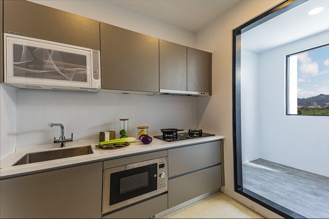 廚具標配有SVAGO微波烤箱、SAKURA瓦斯爐排油煙機。 圖片提供/浤圃建設